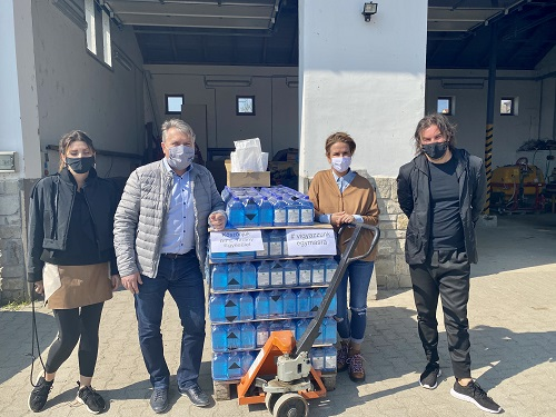 Fertőtlenítőt és maszkokat adományozott a Balaton-felvidéki Fejlesztési Egyesület Tihany önkormányzatának